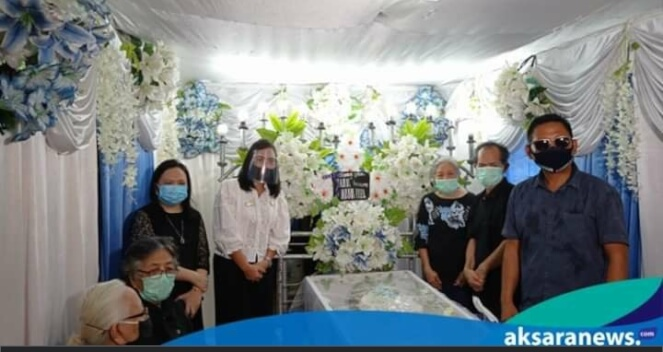 Selain Gelar Reses, Yanti Kumendong Menyempatakan Diri Melayat ke Rumah Duka Nangin Luntungan