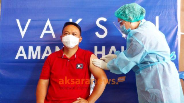 Medy Lensun selaku Wakil Ketua DPRD Boltim saat disuntik vaksin Covid-19 jenis sinovac (AKSARA Foto/ Riswan Hulalata)