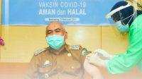 Wakil Bupati, Drs. H. Sahabuddin oang pertama yang disuntik Vaksin Covid-19 jenis Sinovac